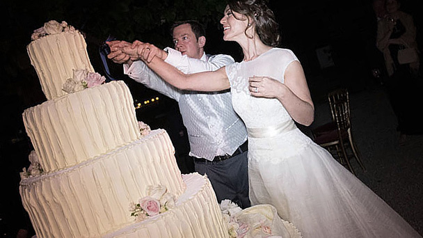 cutting of wedding cake symbolism how the wedding cake is cut 13293